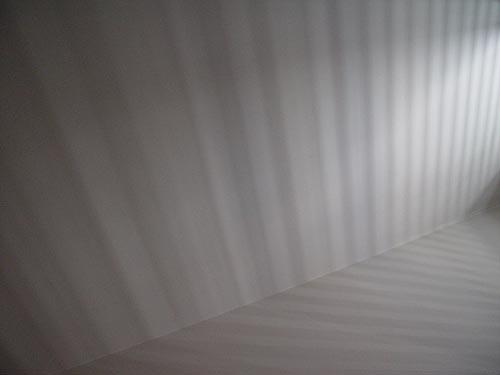 Fotografia nadir magazine in camera da letto con le persiane chiuse le foto della memoria di - Rino gaetano nel letto di lucia ...