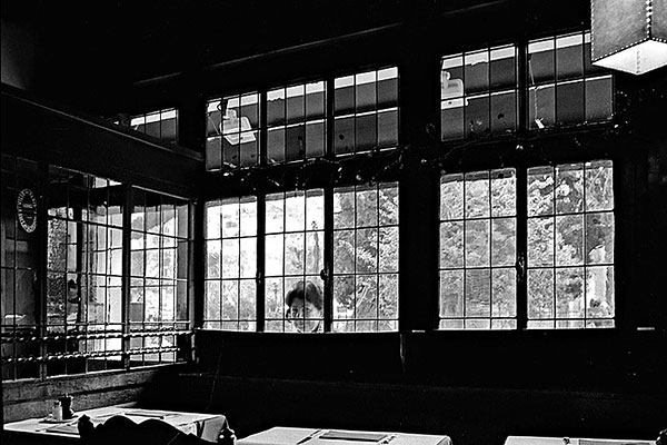Fotografia nadir magazine fotografare come henri cartier bresson - Spiare dalla finestra ...